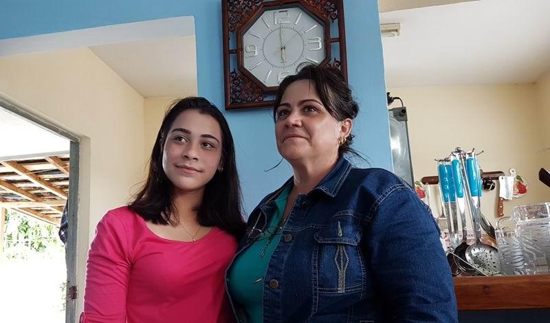 María Karla, con su mamá, una dependienta comercial.
