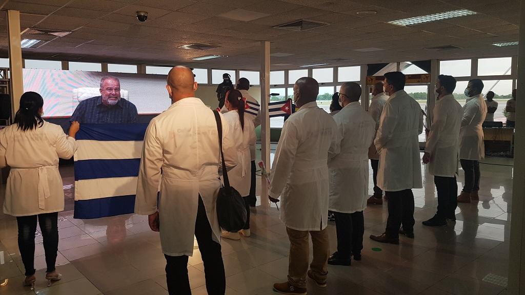 Felicitan Raúl y Díaz-Canel a los galenos que retornaron de Togo