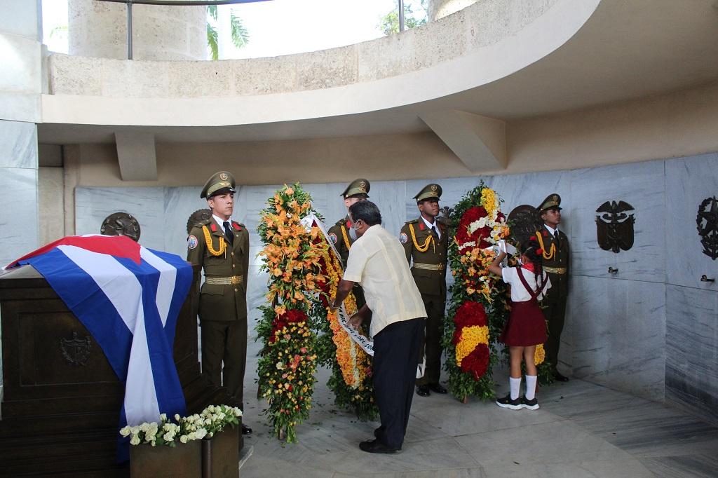 Tributo a Martí y Fidel en el día de las FAR