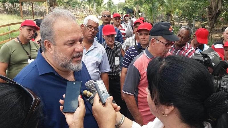 Intercambia Primer Ministro con productores destacados