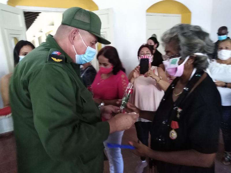 El presidente del Consejo de Defensa Provincial, Manuel René Pérez Gallego, entregó el sello Aniversario 60 de la Federación de Mujeres Cubanas a Berta Luz. Rodríguez López.