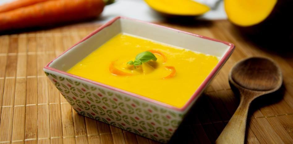 Hágala y deguste una crema fría de zanahorias y mango