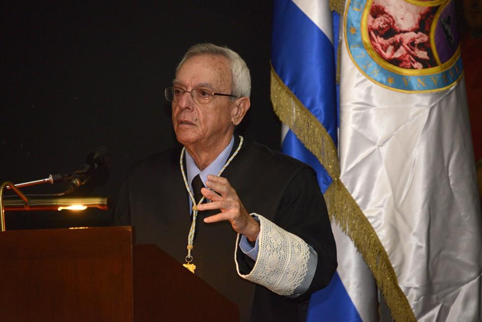 Eusebio Leal ofreciendo un discurso por los 290 años de fundación de la Universidad de La Habana. Foto: Néstor Martí