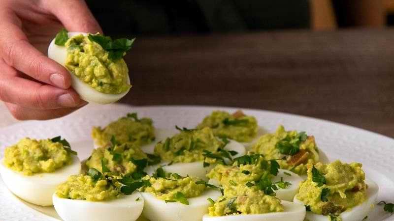 Un aperitivo diferente: huevos rellenos con aguacate