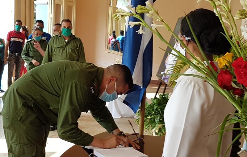 Miembro del Buró provincial del PCC Jorge Enrique Sutil abre el Libro de firmas