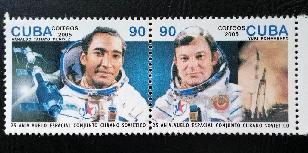 Comandante Yuri Romanenko y el cosmonauta investigador de la República de Cuba Arnaldo Tamayo Méndez.