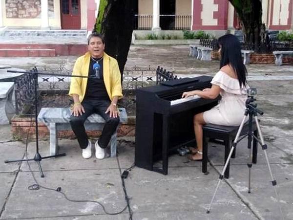 Trovador Raúl Ramos Corrales que interpreta una bella versión de Óleo de una mujer con sombrero, de Silvio Rodríguez, con el acompañamiento al piano de Arais Gómez Gómez, ambos miembros de la Uneac.