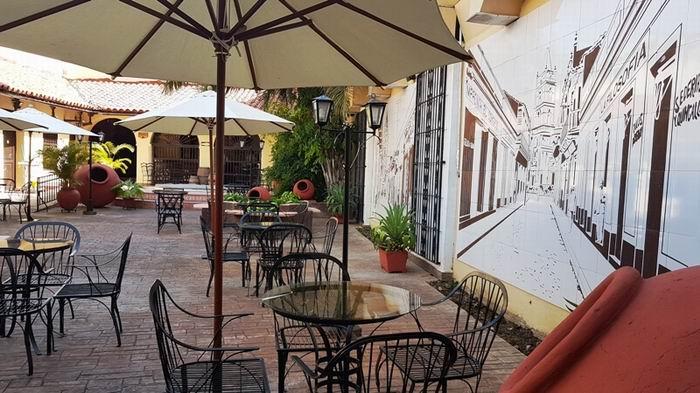 Patio del hotel El Colonial
