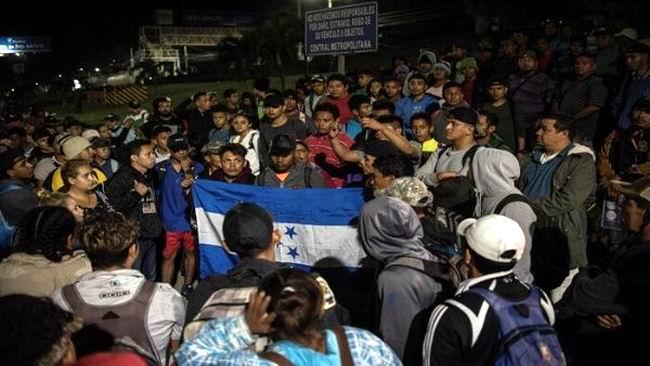 Rompe el cerco la caravana de emigrantes hondureños y entra en Guatemala