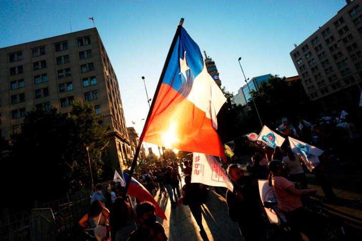 Votan los chilenos en plebiscito por la Constitución