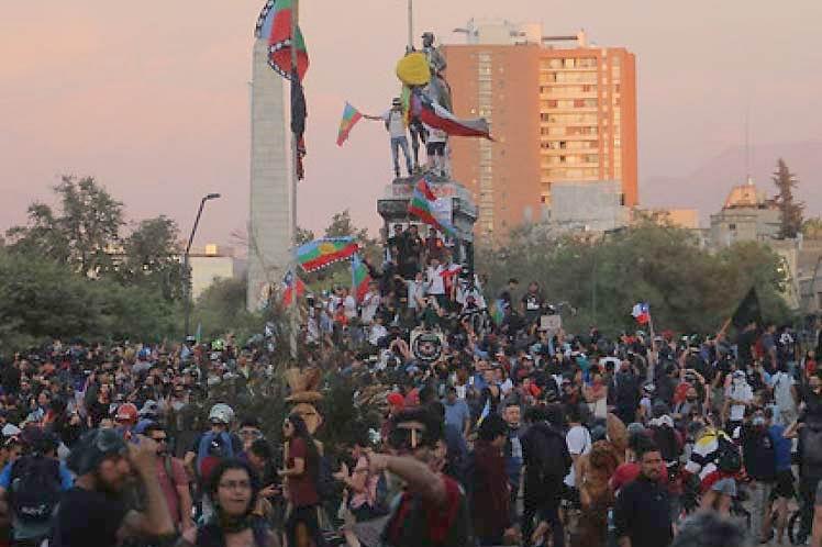 Manifestantes exigen la renuncia del presidente chileno Sebastián Piñera