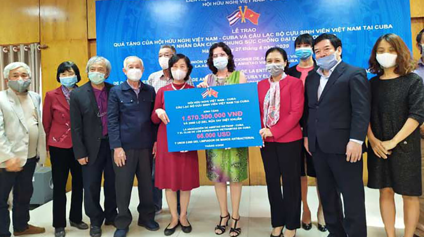Vietnamese students and people send donation to Cuba before COVID-19