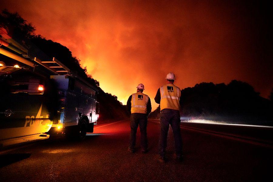 Amenazados miles de hogares en California por poderosos incendios forestales