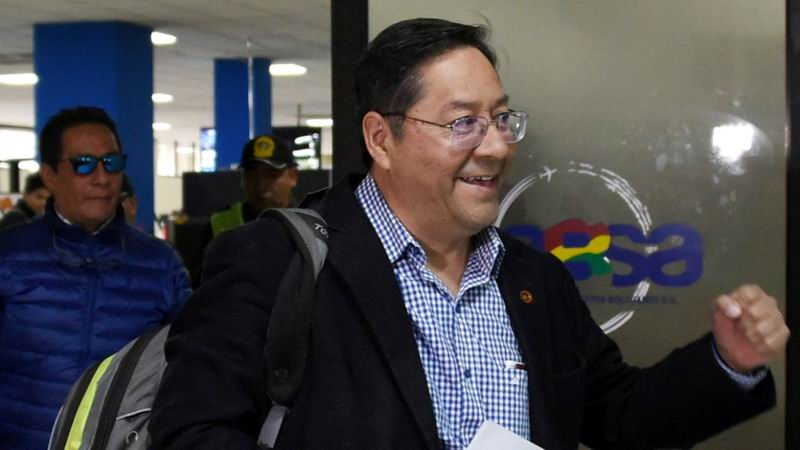 El candidato del Movimiento Al Socialismo (MAS) en Bolivia, Luis Arce, regresó este martes a su país, procedente de Argentina, para preparar su campaña electoral.