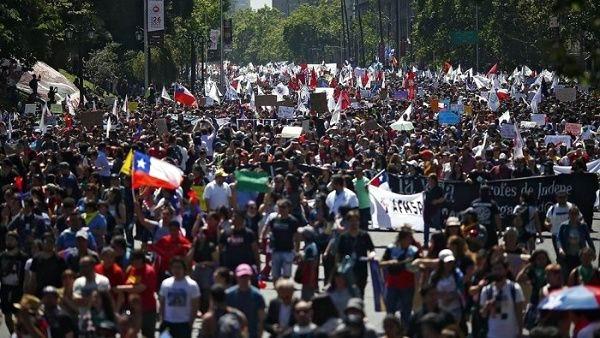 Miles de manifestantes salen a las calles de Chile