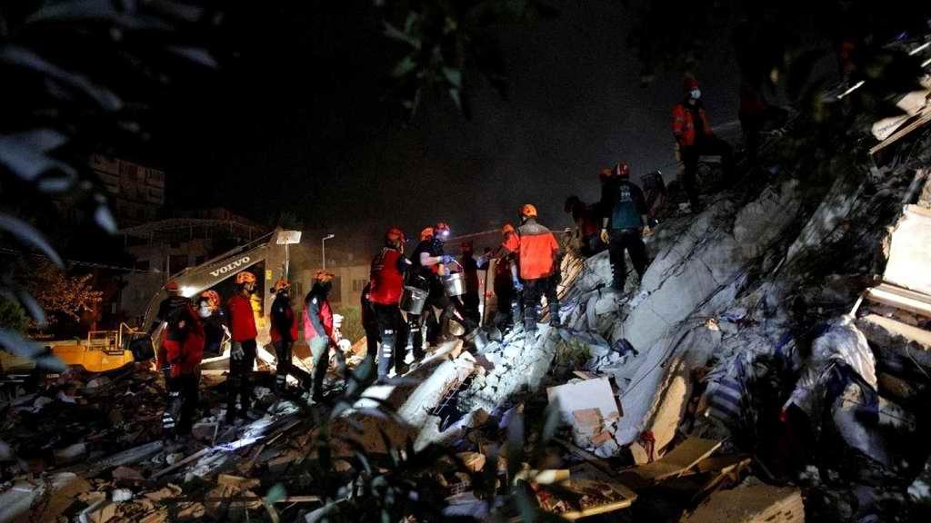 Más de 20 muertos y 700 heridos causó fuerte terremoto en Turquía y Grecia