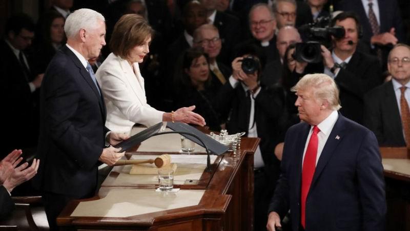 Donald Trump subió a la tribuna de la Cámara de Representantes para pronunciar el anual discurso del estado de la Unión, y negó el saludo a la presidenta de la Cámara y tercera autoridad de la nación, la demócrata Nancy Pelosi