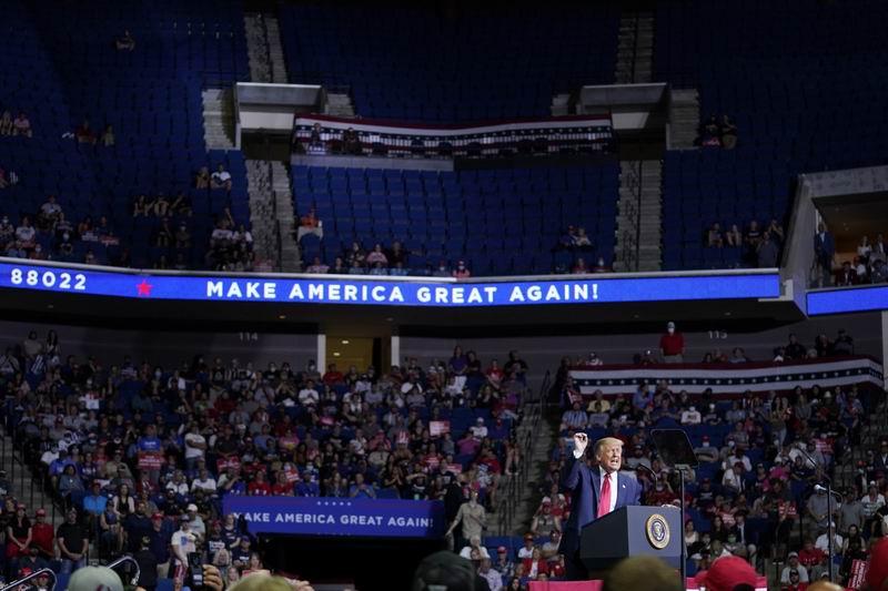 Sillas vacías en el mitin de campaña de Trump