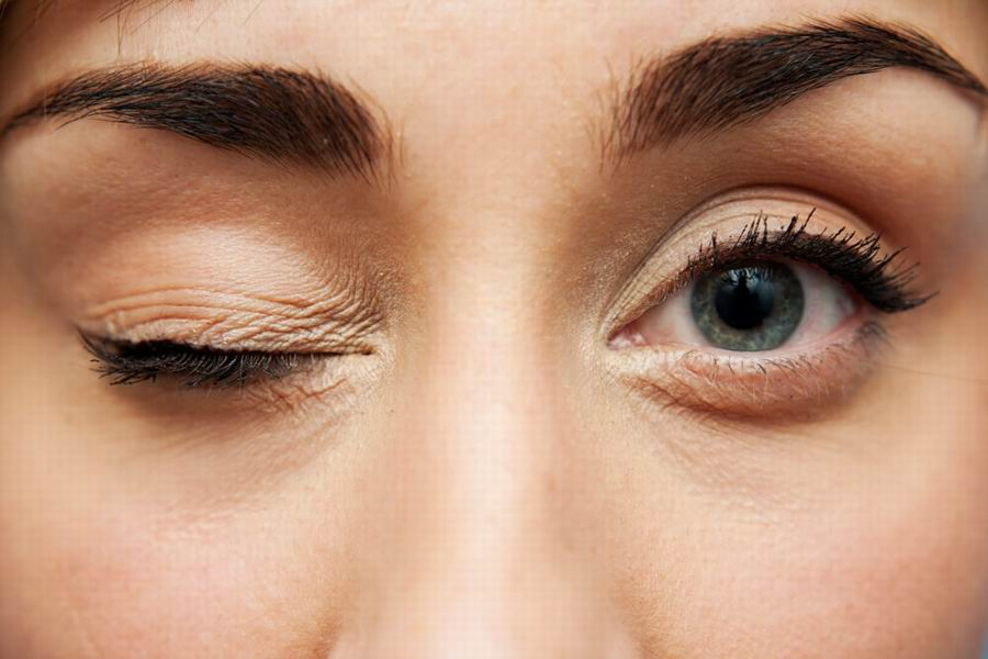 El estrés cotidiano causa temblor en los ojos
