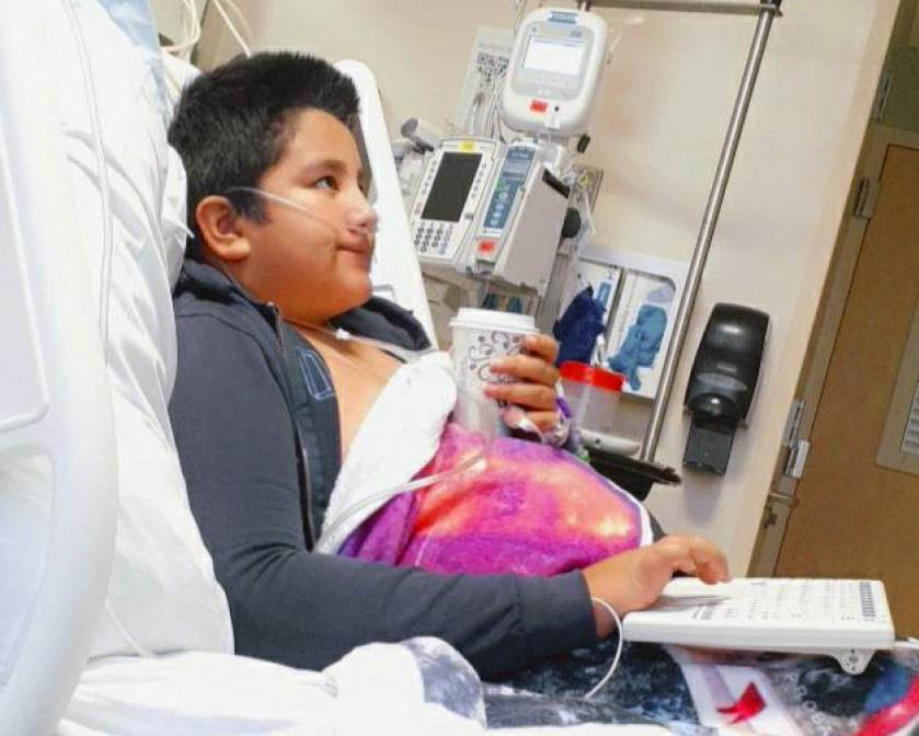 En Estados Unidos, de acuerdo con los Centros para el Control y la Prevención de Enfermedades (CDC, por sus siglas en inglés) el número de niños y adolescentes hospitalizados por la Covid-19 creció