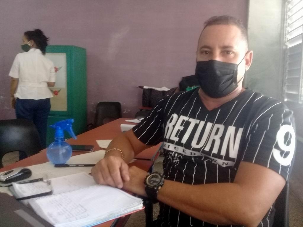 Doctor Yainier Peláez Campos, director del Centro de Aislamiento