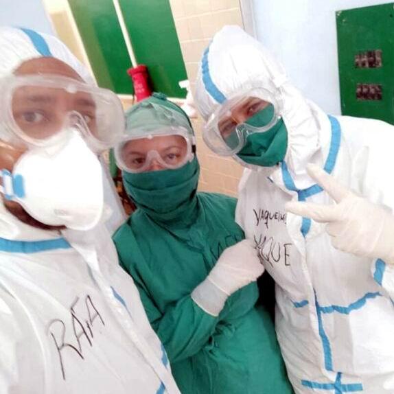Doctora Yaquelmis Borrego Antolín y especialistas del Hospital infantil Hermanos Cordové en Granma