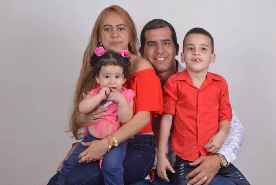 Doctor Adrián Castelnau  junto a su esposa e hijos