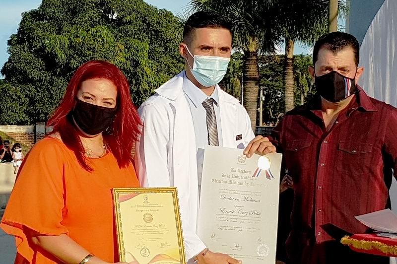 Graduado más integral recibe título de manos máximas autoridades Partido y Gobierno en Camagüey.
