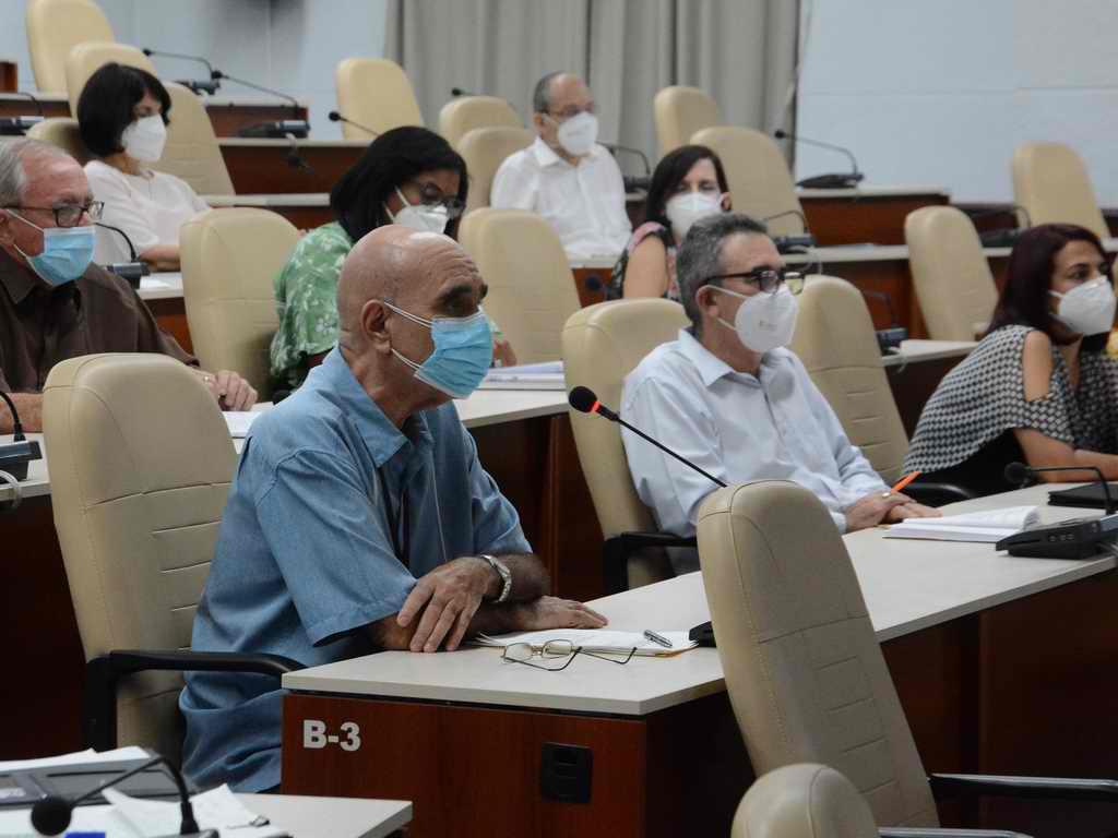 """""""COVID-19 en Cuba: con vacunación, cuesta abajo"""""""