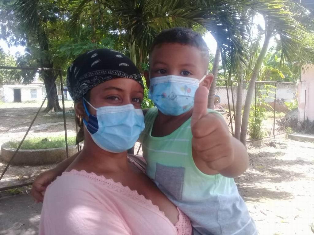 Anthony Martín Escalona, de 4 años, llegó al círculo de la mano de la mamá