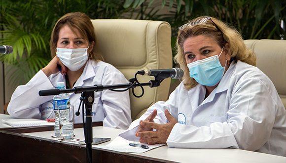 Dra.C. María Eugenia Toledo Romaní, investigadora principal de los ensayos clínicos Soberana 02, y Dra. Dagmar García, vicedirectora de investigaciones del Instituto Finlay. Foto: Abel Padrón Padilla / Cubadebate.