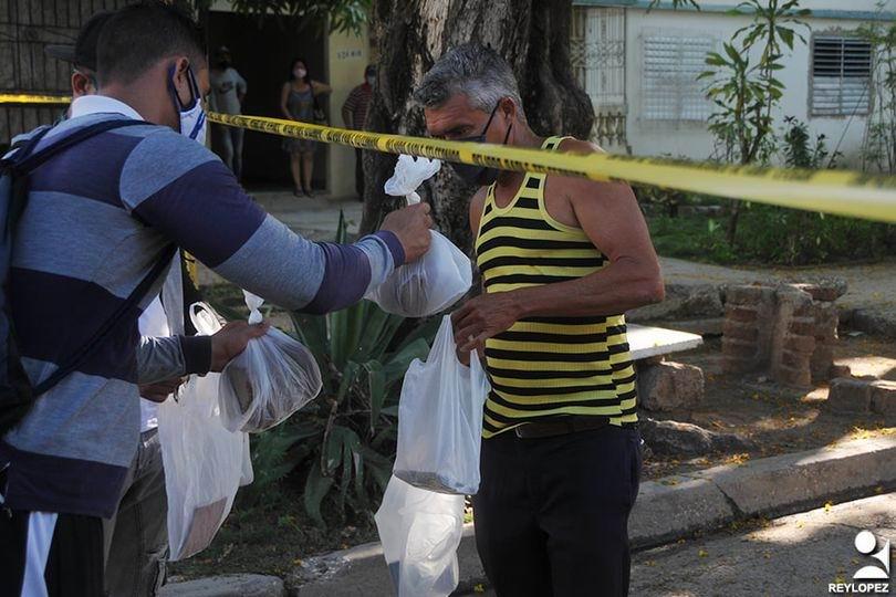 Los vecinos del edificio 13 en el reparto Buena Vista, el más poblado de la ciudad de Las Tunas, quienes se encuentran en cuarentena por la Covid-19, está pendiente de las sesiones finales del 8vo. Congreso del Partido Comunista de Cuba