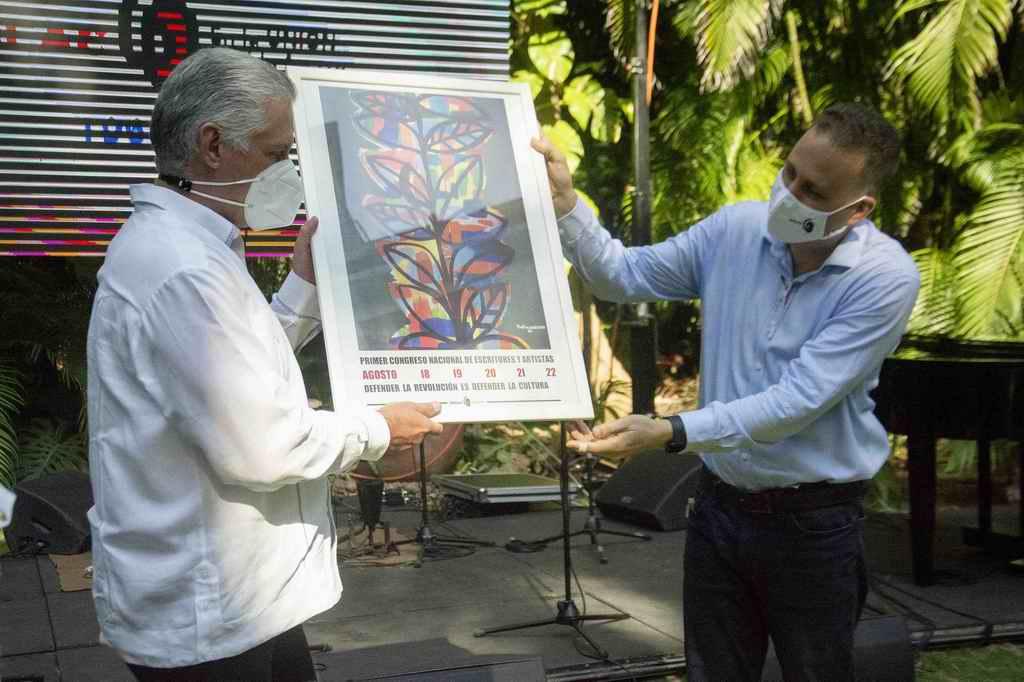 Confieren Sello Conmemorativo por los 60 años de la UNEAC, a Raúl y Díaz-Canel