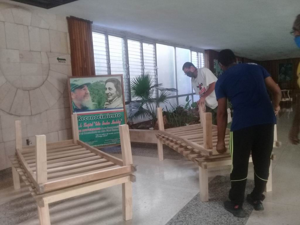 Entrega de 20 camas de madera, que pusieron a disposición del enfrentamiento de la Covid-19, en la ciudad del Golfo de Guacanayabo.