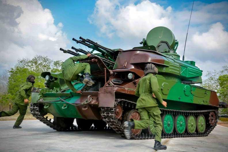 Felicita Raúl al Ejército Oriental en su aniversario 60