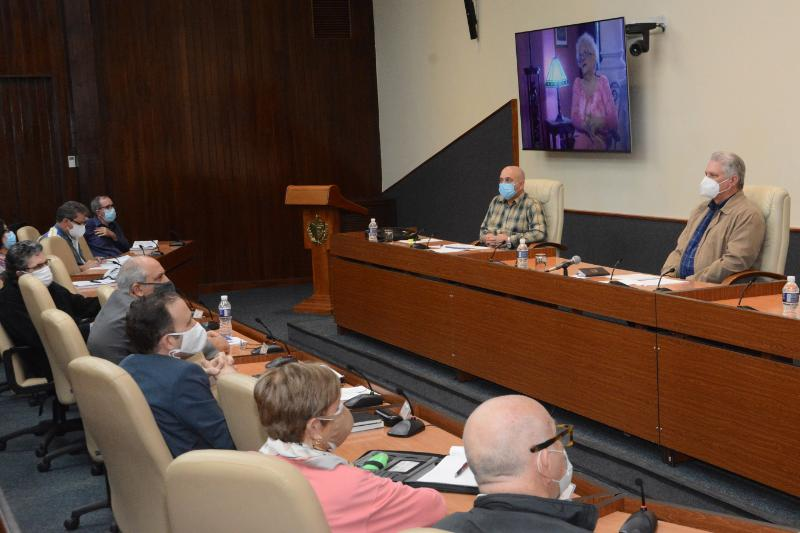 Cuban President meets with intellectuals and calls for the promotion of reading