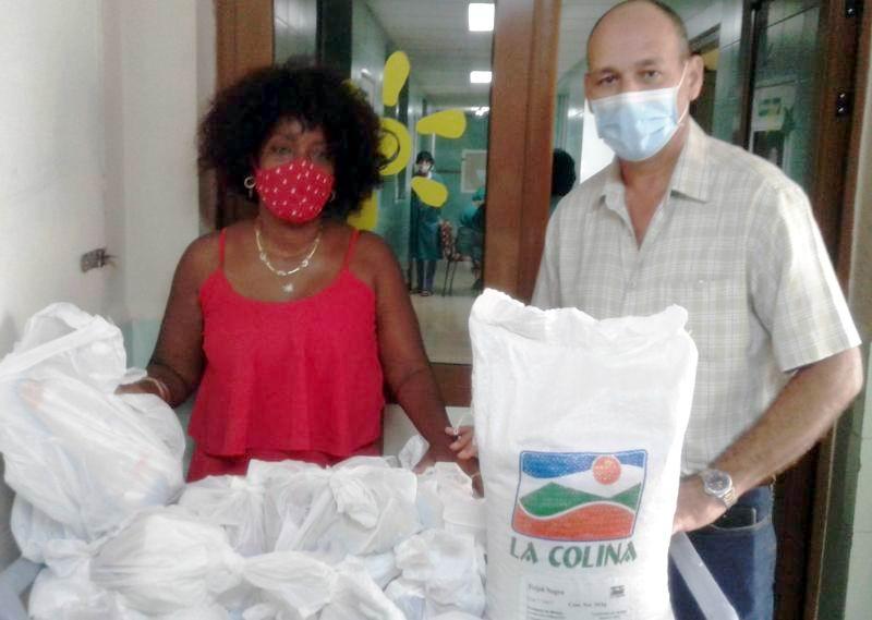 El donativo fue entregado a los niños y adolescentes en presencia del Secretario de la Central de Trabajadores en la provincia, René Berenguer, por Amelia Correoso Mustelier