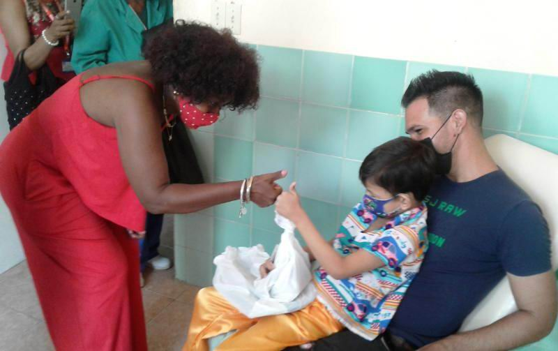 Especial gesto de trabajadores no estatales de Santiago de Cuba con niños hospitalizados
