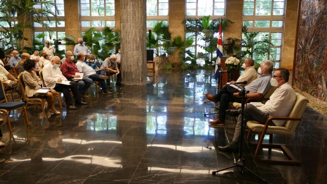 Intercambió Presidente cubano con miembros de la Academia de Ciencias