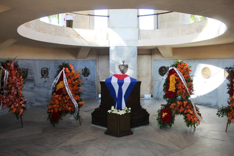 Raul and Diaz-Canel join youth representatives in tribute to Jose Marti