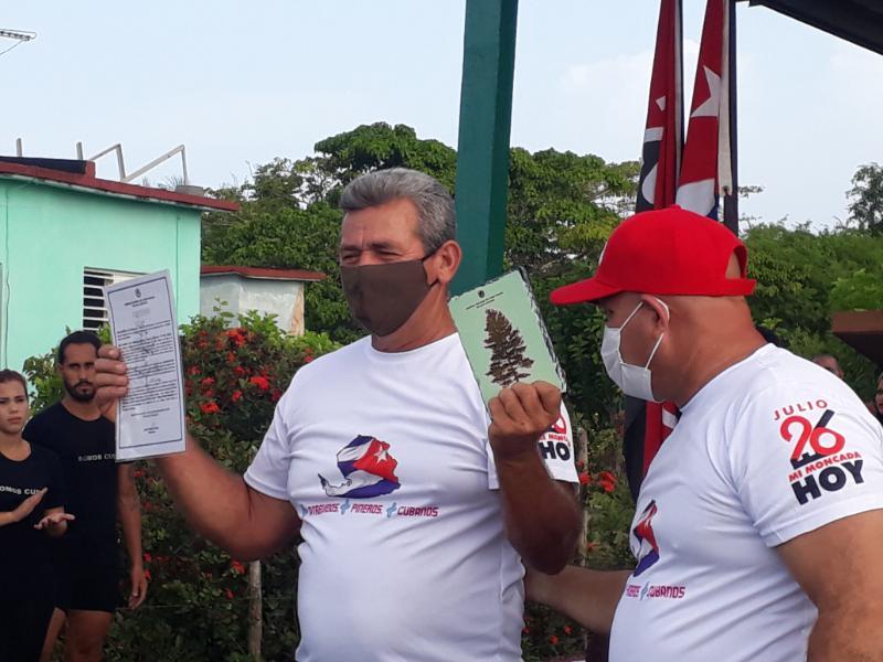 El destacado productor de tomates Miguel García González, a quien la Asamblea Municipal del Poder Popular entregó el atributo el Pino Criollo.