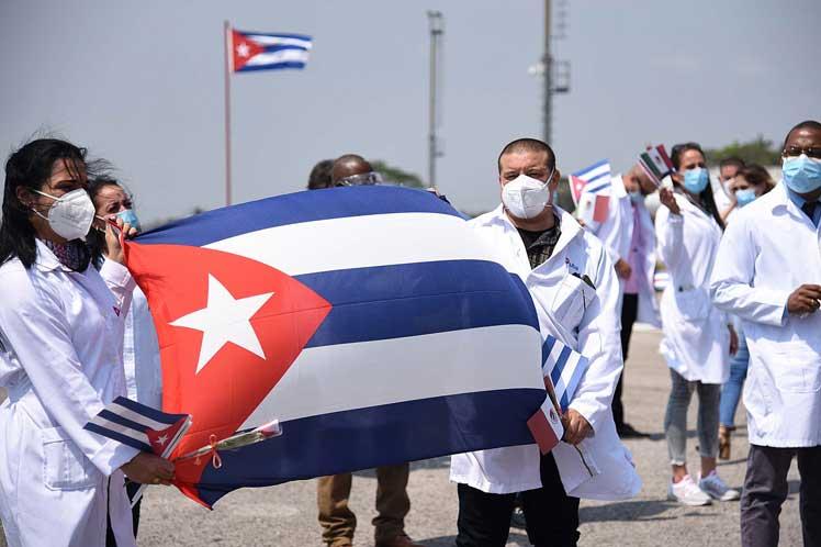 Regresan más colaboradores cubanos tras combatir la COVID-19 en México