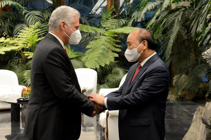 Vietnamese President talks with Cuban businessmen and scientists