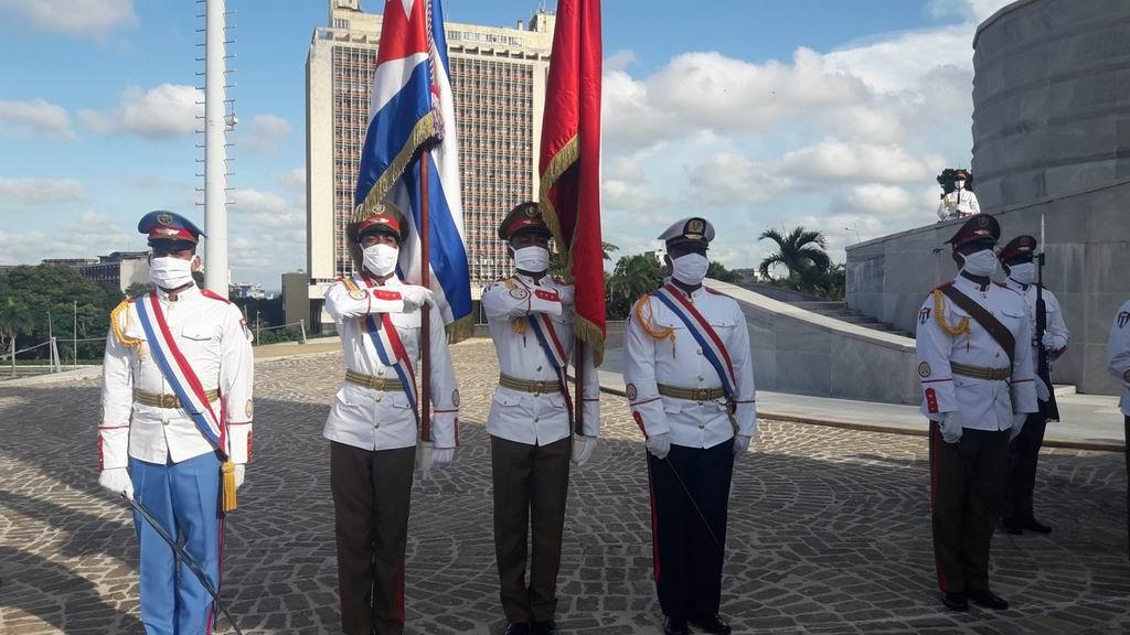 Las banderas de Vietnam y Cuba juntas en la ceremonia de tributo a José Martí