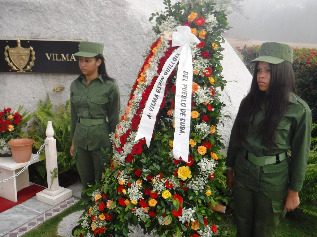 Flores de la Sierra Cristal para Vilma en el aniversario 61 de creada la FMC