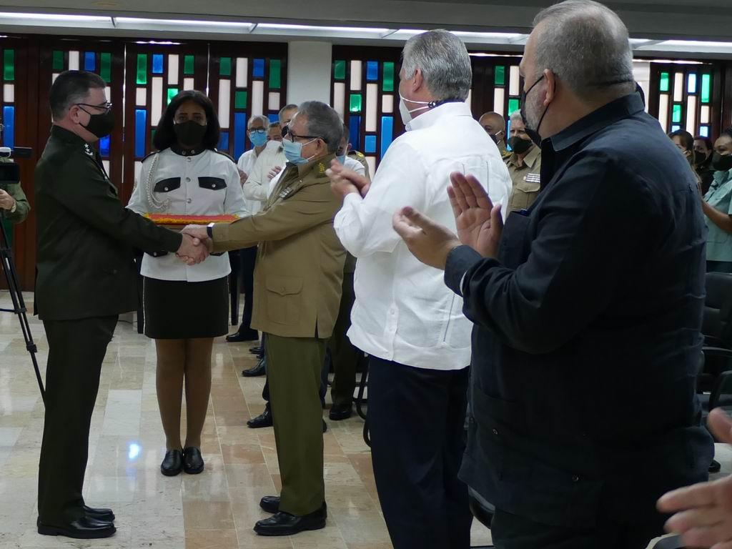 En la ceremonia, el General de Ejército Raúl Castro Ruz entregó la Medalla Conmemorativa 60 aniversario del Ministerio del Interior, al Ministro, General de División Lázaro Álvarez Casas