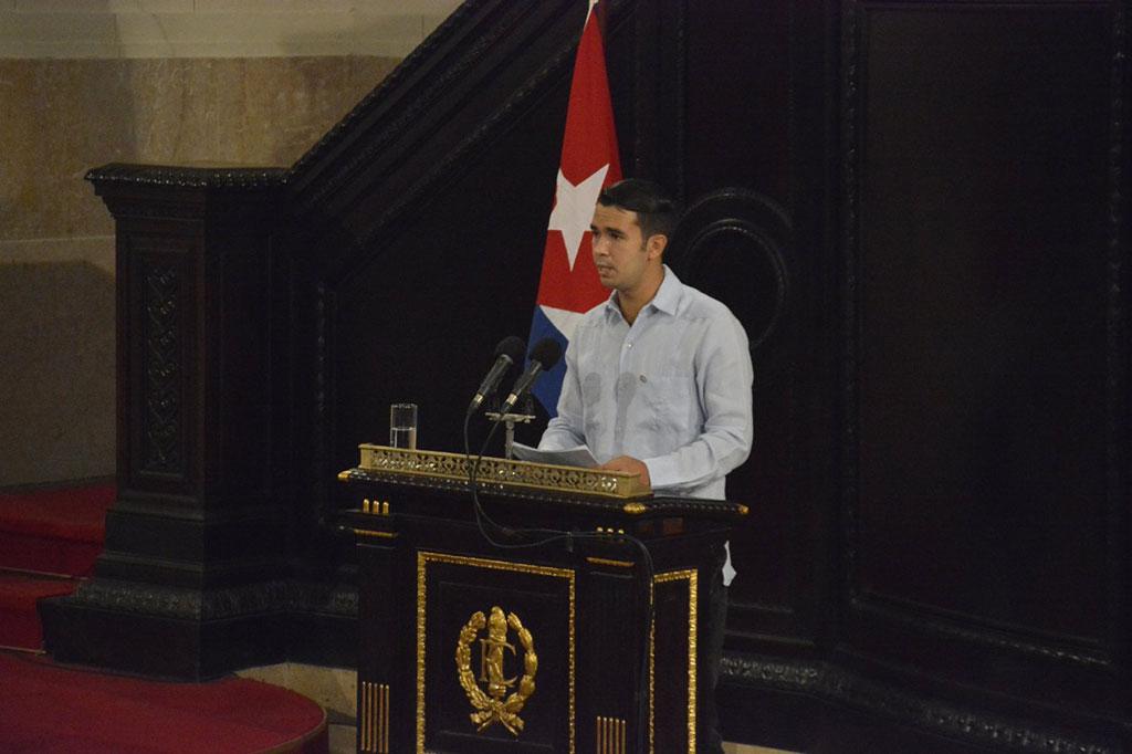 Durante una audiencia parlamentaria, el diputado a la ANPP, Raúl Alejandro Palmero, condena el bloqueo impuesto por el Gobierno de Estados Unidos contra el pueblo cubano.