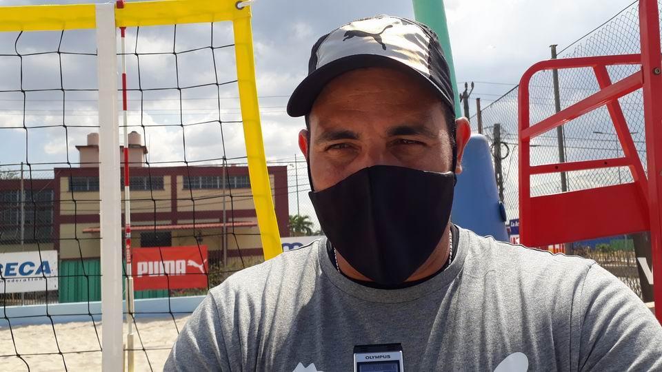 Entrenador principal de las chicas Alain Hernández