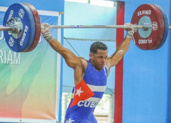 Gana dos oros pesista cubano en clasificatorio olímpico Open de Cali