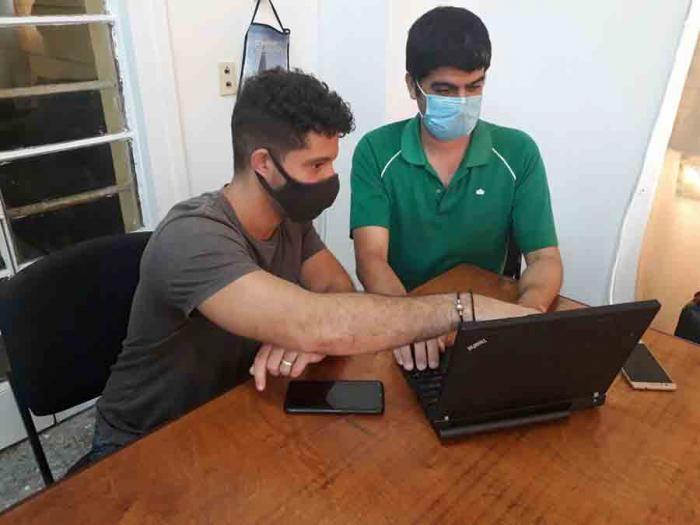 l estudiante de 5to año Robert Herrera Pérez (en primer plano) y el ingeniero Maikel Salas Zaldívar satisfechos de su aporte en favor de la inclusión de las personas con discapacidad visual.